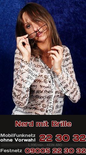 Sie ist ein Nerd mit Brille und macht sehr extravaganten Telefonsex.