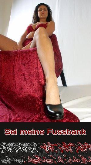 Diene Deiner Herrin als Fußbank, damit sie bequem sitzen kann. Telefonsex für Möbelfetischisten, die Füße lieben.