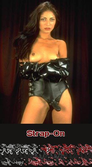 Eine Herrin mit Strap-On ist bereit, Mann oder Frau zu demütigen. Lust auf Telefonsex mit so einer Domina?