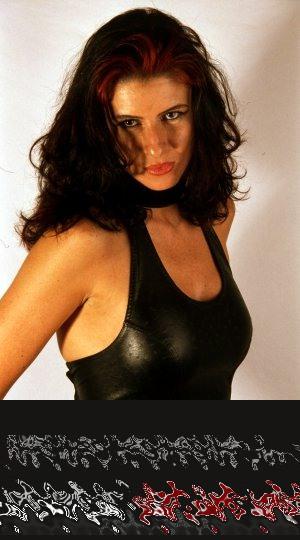 Eine richtig rassige Frau mit langen dunklen Haaren, die dominant erotisch flirten will. Genau das Richtige, irgendwo zwischen Plauderei und Telefonsex.