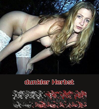 Eine Fantasie für Telefonsex: Eine junge Frau steht auf Sex im Wald und freut sich auf den dunklen Herbst dazu.
