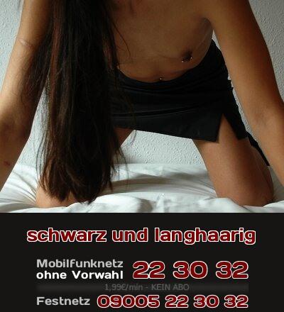 Telefonsex mit einer Frau, die langhaarig ist und schwarze Haare hat.